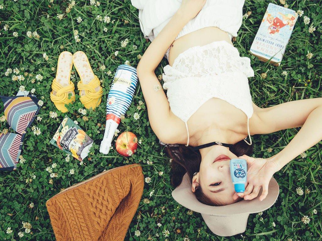 <Style>夏日野餐攻略:完美防蚊/穿搭/防曬/輕食; 用時髦輕盈征服浪漫草地